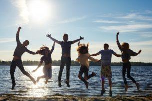 水際でジャンプする若者たち
