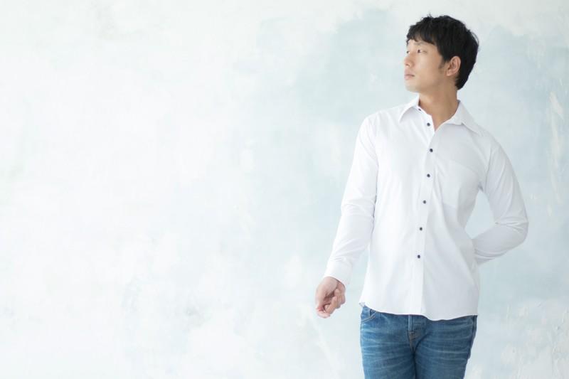 白シャツで高感度アップを狙う男性