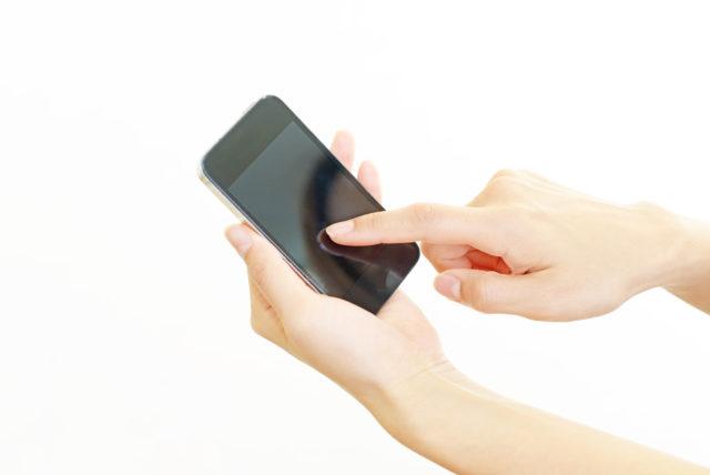 コンビニバイトはスマホ(携帯)をいじっていいの?